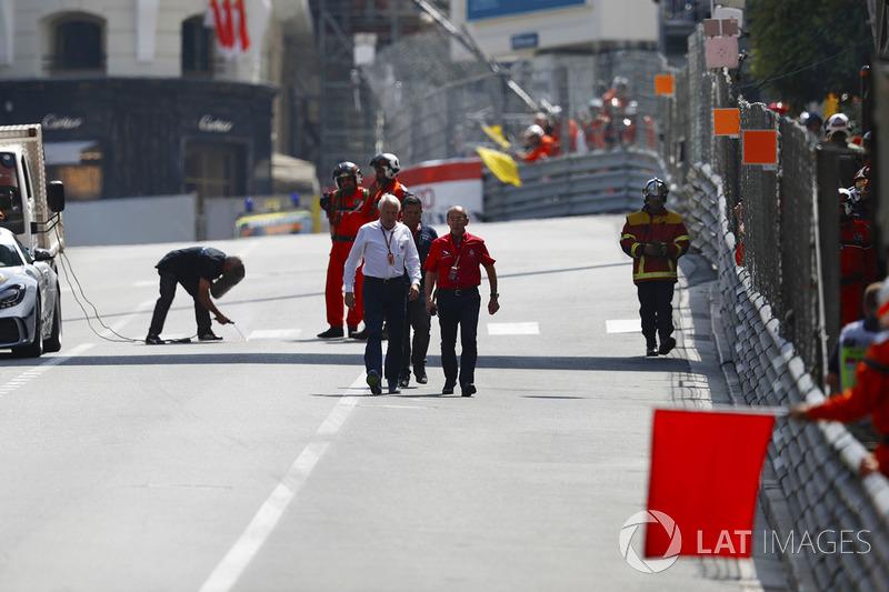Charlie Whiting, Direttore di gara, FIA, conduce un'ispezione del circuito durante la bandiera rossa