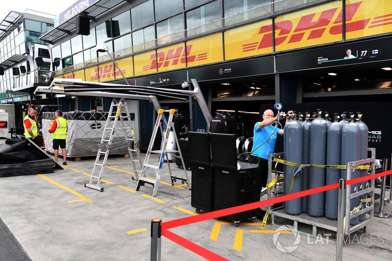 Alfa Romeo Sauber F1 Team kargosu ve pit box hazırlıkları