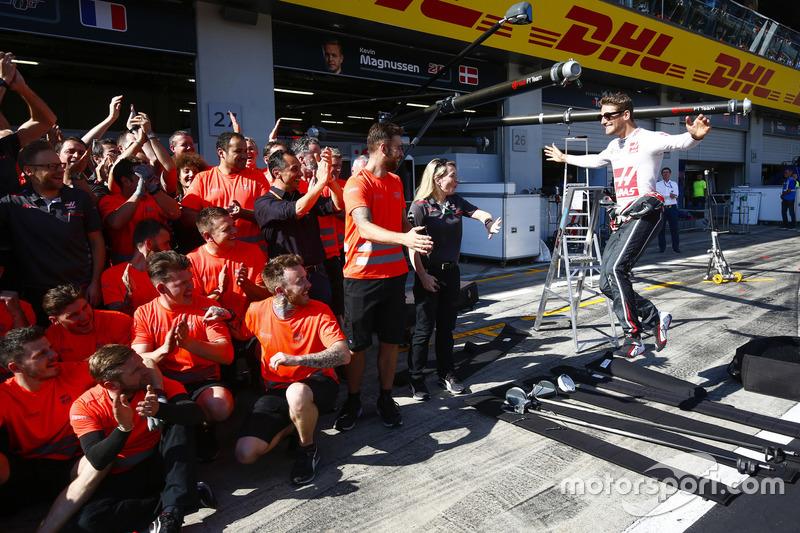 Romain Grosjean, Haas F1 Team, e il team Haas F1, festeggiano il miglior risultato del team a oggi