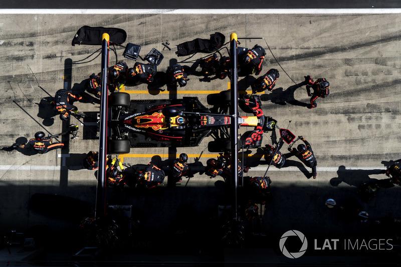 Daniel Ricciardo, Red Bull Racing RB14, effettua un pit stop