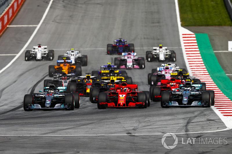 Lewis Hamilton, Mercedes AMG F1 W09, Valtteri Bottas, Mercedes AMG F1 W09, Kimi Raikkonen, Ferrari SF71H, Max Verstappen, Red Bull Racing RB14, Sebastian Vettel, Ferrari SF71H, Romain Grosjean, Haas F1 Team VF-18, e il resto del gruppo alla partenza