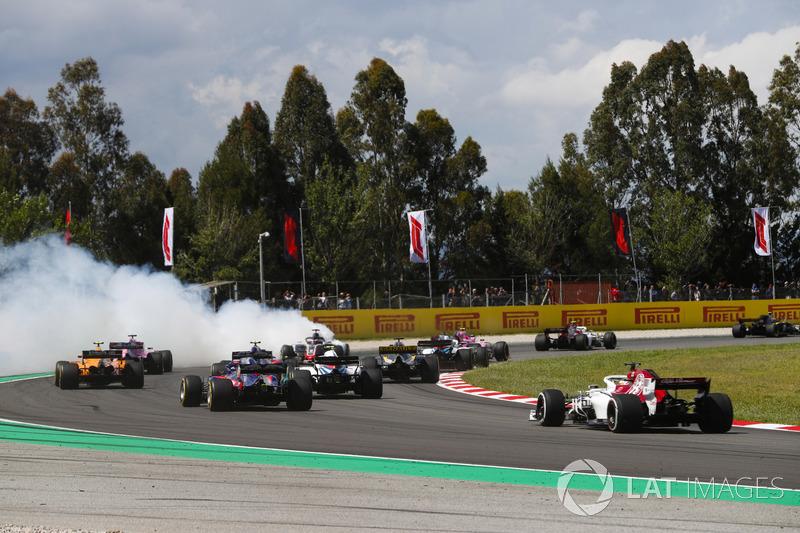 Romain Grosjean, Haas F1 Team VF-18, sgira y causa un accidente que involucra a Nico Hulkenberg, Renault Sport F1 Team R.S. 18, y Pierre Gasly, Toro Rosso STR13
