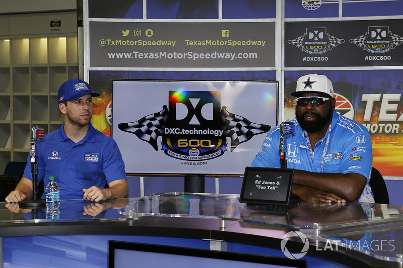 Ed Jones, Chip Ganassi Racing Honda in una conferenza stampa con l'ex defensive end dei Dallas Cowboys, Ed Too Tall Jones