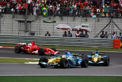 Fernando Alonso, Renault R26 ve Giancarlo Fisichella, Renault R26 ve Michael Schumacher, Ferrari 248 F1