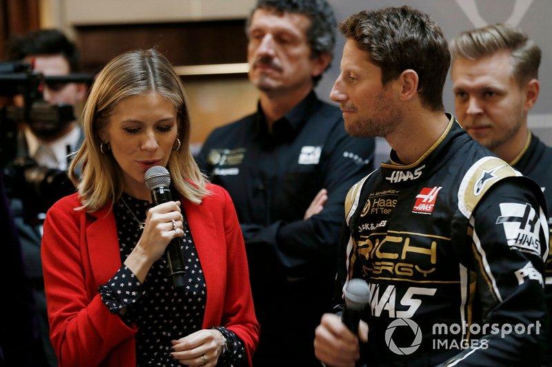 El presentador Nicki Shields y Romain Grosjean, del equipo Haas F1