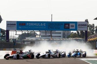 Lucas Di Grassi, Audi Sport ABT Schaeffler, Audi e-tron FE05 leads Felipe Massa, Venturi Formula E, Venturi VFE05 and Sébastien Buemi, Nissan e.Dams, Nissan IMO1 at the start
