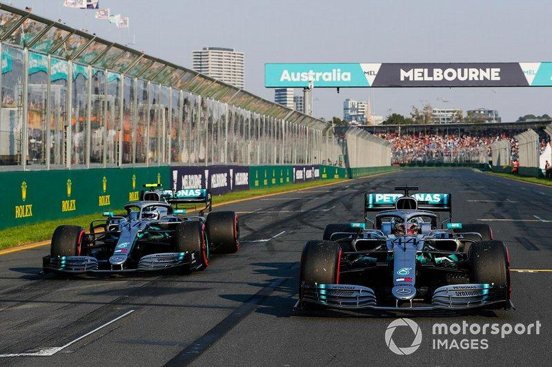 Ganador de la pole Lewis Hamilton, Mercedes AMG F1, y segundo Valtteri Bottas, Mercedes AMG F1