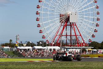 Kevin Magnussen, Haas F1 Team VF-18, estalló el neumático después de conectar con Charles Leclerc, Sauber C37