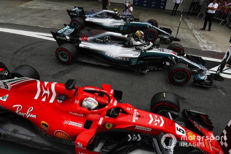 Lewis Hamilton, Mercedes AMG F1, celebra su pole position y Valtteri Bottas, Mercedes AMG F1 W09. y Sebastian Vettel, Ferrari SF71H.