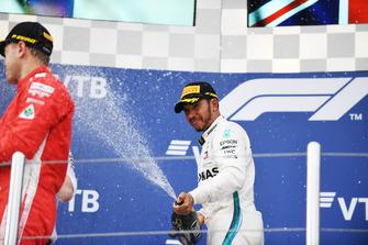 Le vainqueur Lewis Hamilton, Mercedes AMG F1 fête sa victoire avec du champagne sur le podium