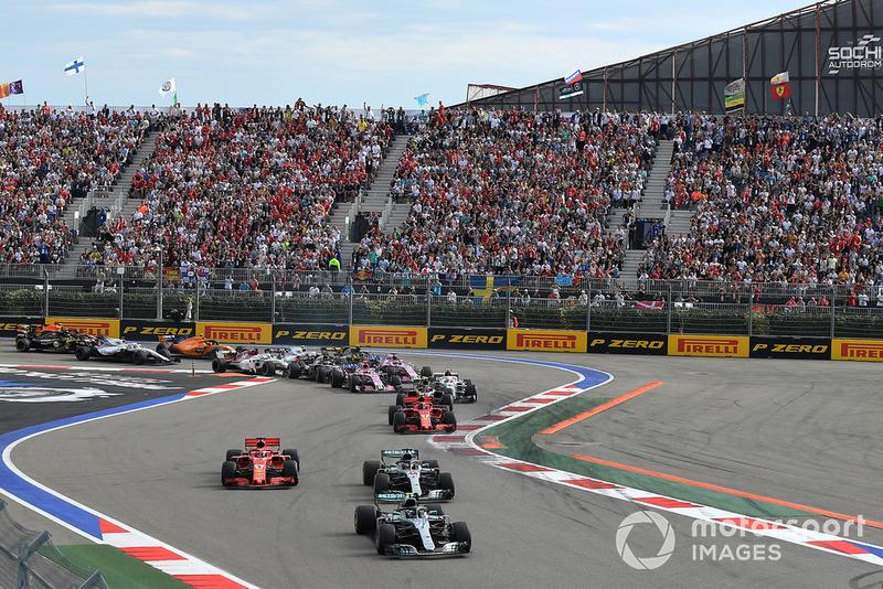 Valtteri Bottas, Mercedes AMG F1 W09 lidera a Lewis Hamilton, Mercedes AMG F1 W09 y Sebastian Vettel, Ferrari SF71H