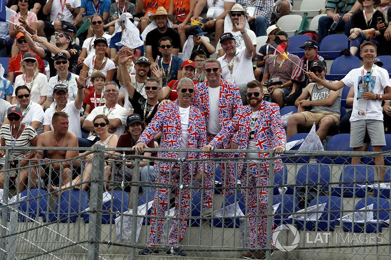 Уболівальники у костюмах кольорів Великої Британії на трибуні