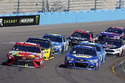 Chase Elliott, Hendrick Motorsports Chevrolet and Kyle Busch, Joe Gibbs Racing Toyota