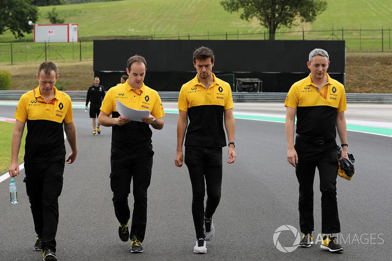 Jolyon Palmer, Renault Sport F1 Team RS17 camina en la pista