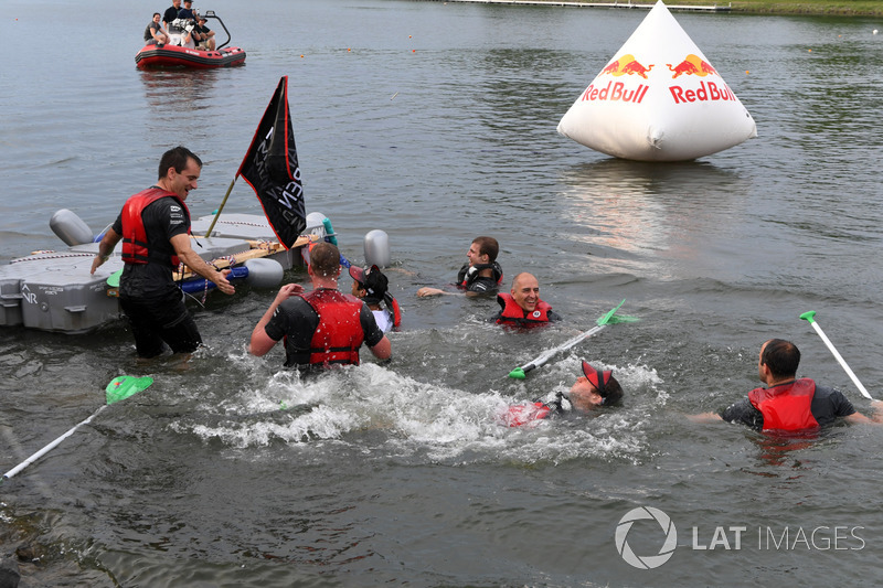 Red Bull Racing у гонці на плотах