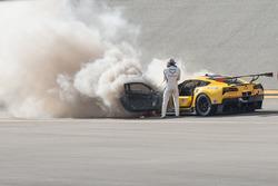 Марсель Фесслер с огнетушителем возле #4 Corvette Racing Chevrolet Corvette C7.R охваченного огнем