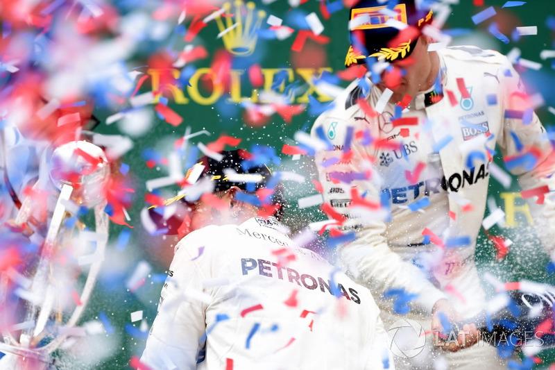 Peter Bonnington, Mercedes AMG F1 ingeniero de carrera, ganador de la carrera Lewis Hamilton, Mercedes AMG F1 y Valtteri Bottas, Mercedes AMG F1 celebran en el podio