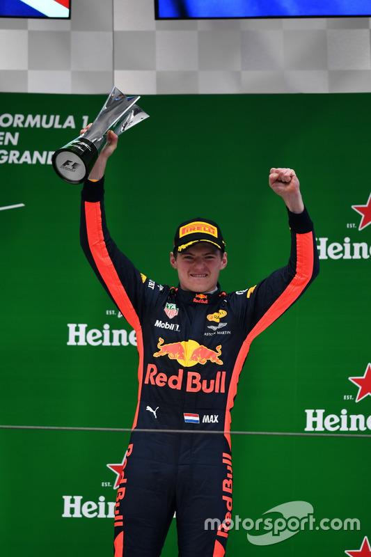 Max Verstappen, Red Bull Racing celebra en el podio con el trofeo