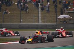 Макс Ферстаппен, Red Bull Racing RB13, Кими Райкконен, Ferrari SF70H, и Себастьян Феттель, Ferrari SF70H