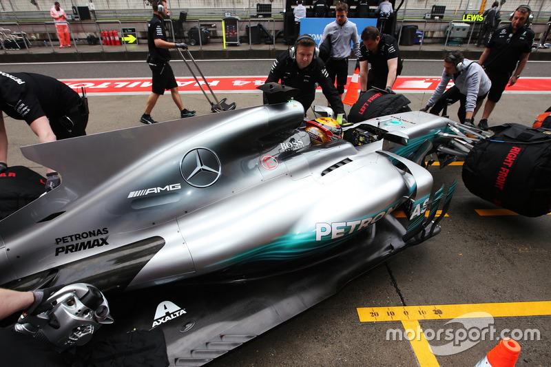 Lewis Hamilton, Mercedes AMG F1 W08, vuelve al garaje de su equipo