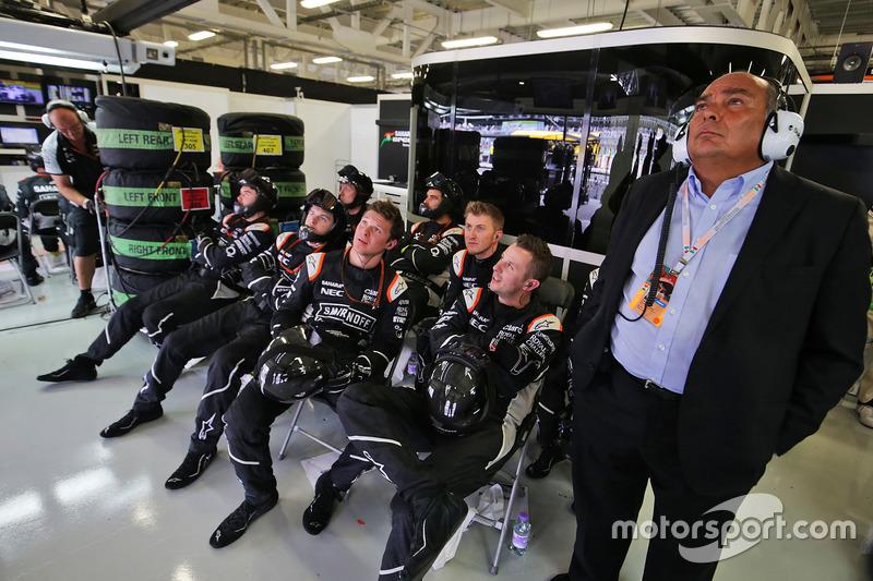 ميكانيكي فورس إنديا ووالد سيرجيو بيريز يشاهدون السباق