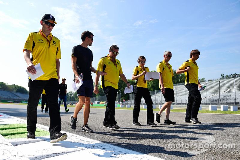 Jolyon Palmer, Renault Sport F1 ispeziona il circuito con il team