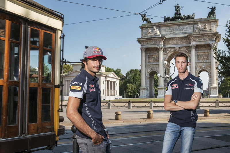 Carlos Sainz Jr. und Daniil Kvjat vor dem Arco della Pace