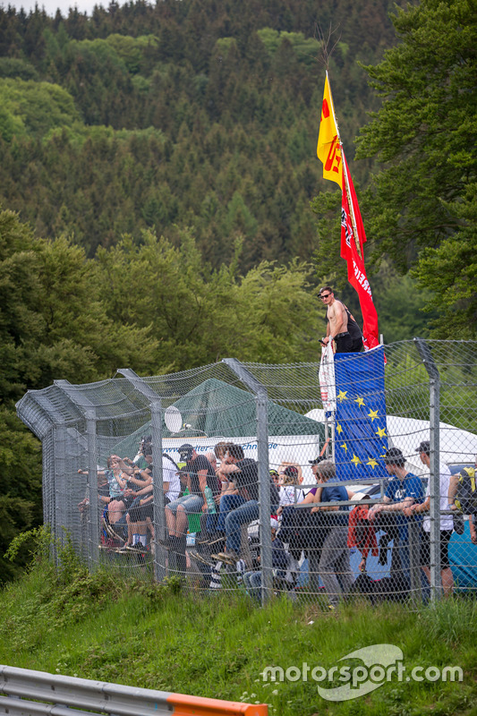 Spectators ready for free practice