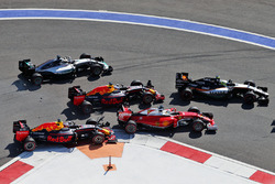 Daniil Kvyat, Red Bull Racing RB12 crash met Sebastian Vettel, Ferrari SF16-H bij de start
