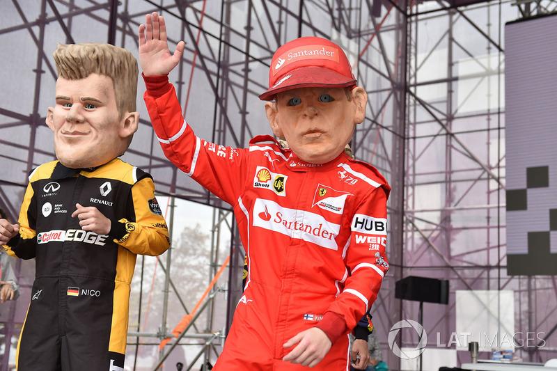 Куклы Кими Райкконена, Ferrari, и Нико Хюлькенберга, Renault Sport F1 Team
