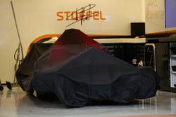 La voiture de Stoffel Vandoorne, McLaren MCL32 sous couverture
