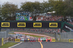 Jamie Whincup, Triple Eight Race Engineering Holden leads at the start