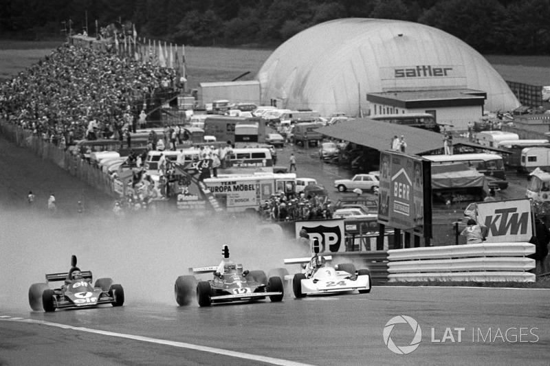 Niki Lauda, Ferrari 312T leads at the start