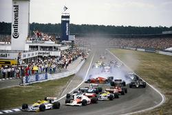 Nelson Piquet, Williams FW11 Honda, lidera desde el comienzo cuando Stefan Johansson, Ferrari F1 / 86, gira en Teo Fabi, Benetton B186 BMW, después del contacto de Philippe Alliot, Ligier JS27 Renault