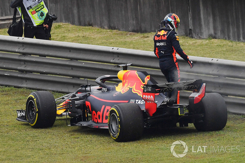 Daniel Ricciardo, Red Bull Racing RB14 stops on track