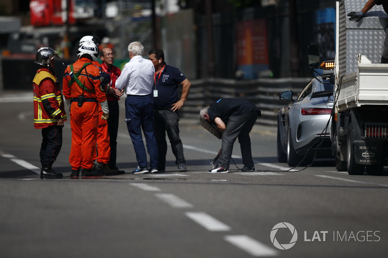 Charlie Whiting, FIA Delegate oversees drain repairs during FP2