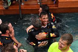 Racewinnaar Daniel Ricciardo, Red Bull Racing viert feest in het zwembad van het Red Bull Racing Energy Station