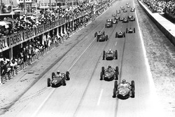 Richie Ginther leads Phil Hill, Wolfgang von Trips, all Ferrari Dino 156, Stirling Moss, Lotus 18-Climax, Graham Hill, BRM P48/57-Climax, John Surtees, Cooper T53-Climax, Innes Ireland, Jim Clark, both Lotus 21-Climax, y Tony Brooks, BRM P48/57-Climax, al inicio