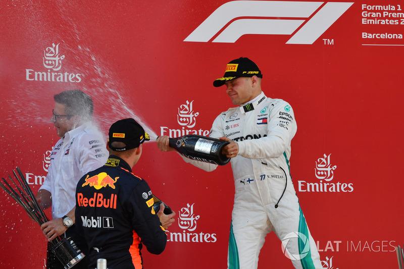 Max Verstappen, Red Bull Racing e Valtteri Bottas, Mercedes-AMG F1 festeggiano sul podio con lo champagne