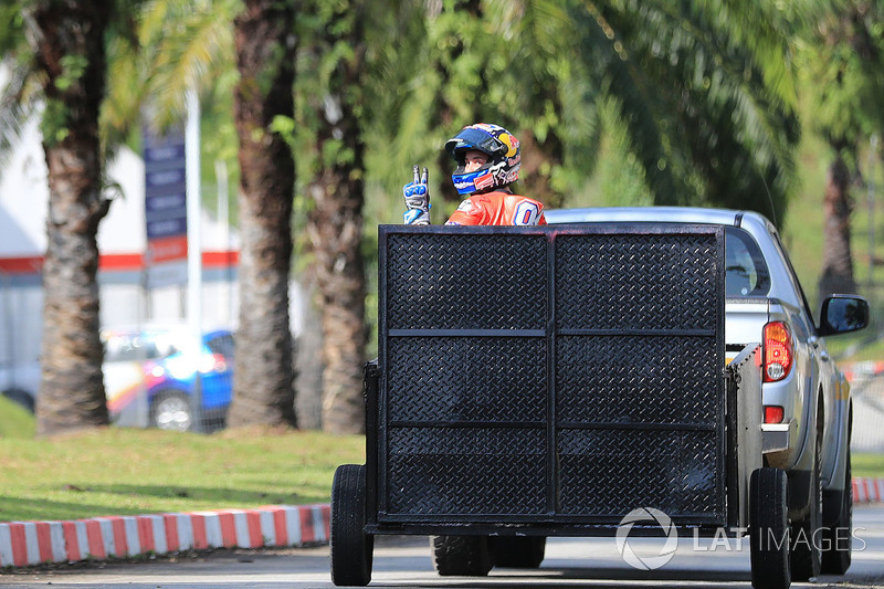 Andrea Dovizioso vuelve al box e indica que está bien tras caerse