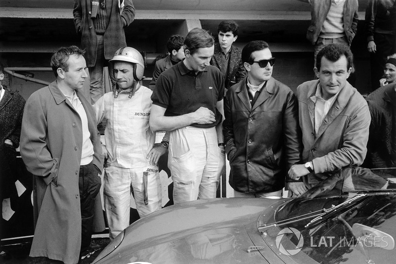 Los pilotos de Ferrari en los boxes: John Surtees, Willy Mairesse, Michael Parkes, Lorenzo Bandini y Ludovico Scarfiotti