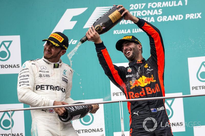 Льюіс Хемілтон, Mercedes AMG F1, та Даніель Ріккардо, Red Bull Racing, святкують на подіумі