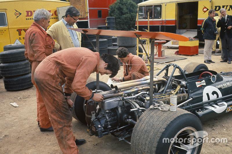 Mécanos de l'écurie BRM travaillent sur la P133 de Jackie Oliver sous l'oeil de Tony Rudd