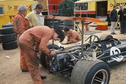 BRM-Mechaniker arbeiten am Auto an Jackie Oliver's P133 im Fahrerlager mit Tony Rudd