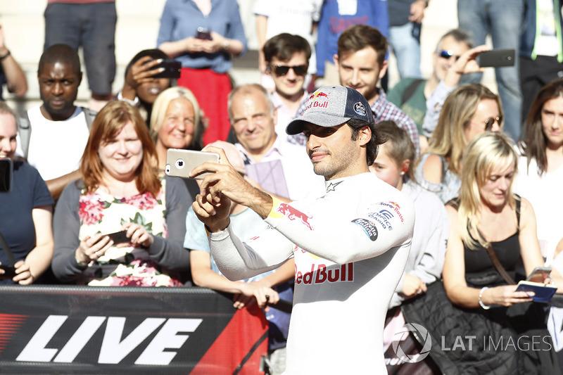 Carlos Sainz Jr., Scuderia Toro Rosso, mengambil gambar