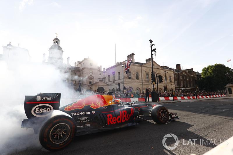 Daniel Ricciardo, Red Bull Racing RB13, donut yapıyor