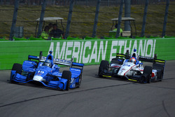 Тони Канаан, Chip Ganassi Racing Honda, и Эд Джонс, Dale Coyne Racing Honda
