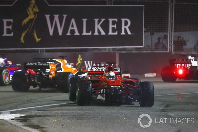 Vettel ainda tentou seguir, mas abandonou pelos danos antes mesmo de chegar aos boxes. Foi seu primeiro abandono desde o GP da Malásia do ano passado. Agora, Vettel está 28 pontos atrás de Hamilton no mundial.