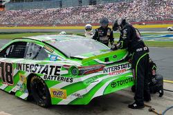 Reparatur am Auto von Kyle Busch, Joe Gibbs Racing Toyota, nach Crash