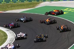 Daniel Ricciardo, Red Bull Racing, sort large, à côté de Lewis Hamilton, Mercedes AMG F1 W08, Carlos Sainz Jr., Scuderia Toro Rosso STR12, Fernando Alonso, McLaren MCL32, Stoffel Vandoorne, McLaren, Jolyon Palmer, Renault Sport F1 Team, Sergio Perez, Sahar